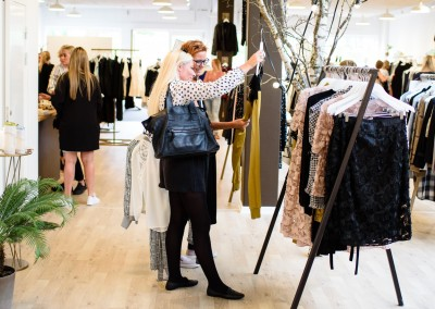Kunder til Fashion Night Out i butikken